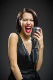 Schreeuwende vrouwelijke zanger die microfoon houden royalty-vrije stock foto