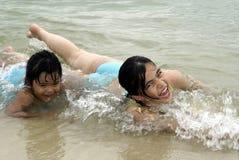 Schrei mit zwei Mädchen im Spaß lizenzfreies stockbild