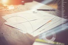 Schreibarbeit auf dem Tisch Vermarktungsplan im Büro Statistikdiagrammüberlagerung, Ikoneninnovationsschnittstelle lizenzfreie stockfotografie