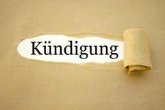 Schreibarbeit mit dem deutschen Wort für Beschäftigungsbeendigung - kà ¼ ndigung lizenzfreie stockfotos