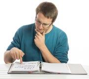 Schreibarbeit skeptisch lesen Stockbild