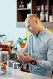Schreibbefehl des jungen Mannes des Kunden in der Cafeteria lizenzfreie stockfotos