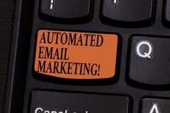 Schreiben Anmerkung des Vertretung automatisierten E-Mail-Marketings Geschäftsfoto Präsentationse-mail sendete automatisch, um vo stockfotografie