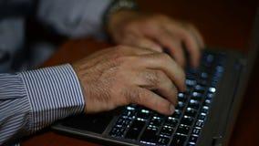 Schreiben auf Computertastatur stock footage