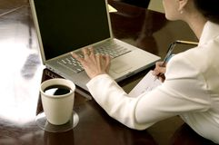 Schreiben auf dem Laptop Stockfotos