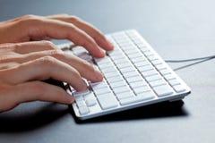 Schreiben auf der Tastatur Stockfotos