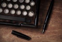 Schreiben auf der Weinleseschreibmaschine Stockbild