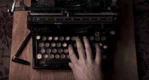 Schreiben auf der Weinleseschreibmaschine Lizenzfreie Stockfotos