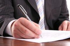 Schreiben auf ein amtliches Formular stockfotografie