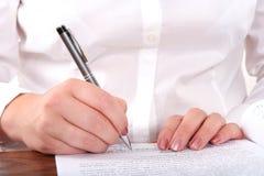 Schreiben auf ein Formular lizenzfreie stockfotos