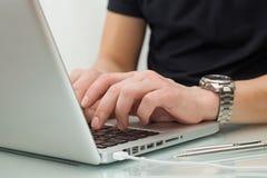 Schreiben auf ein weißes laptot Lizenzfreies Stockfoto