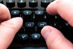 Schreiben auf eine Schreibmaschine Lizenzfreie Stockfotos