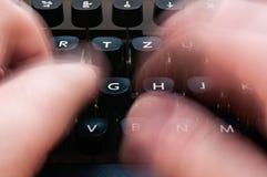 Schreiben auf eine Schreibmaschine Stockfotografie