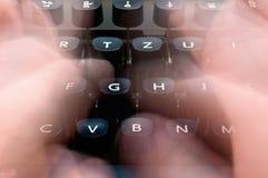 Schreiben auf eine Schreibmaschine Lizenzfreie Stockfotografie