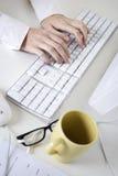 Schreiben auf eine weiße Computertastatur Stockfotografie
