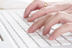 Schreiben auf einem Laptop Stockfotografie