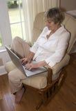 Schreiben auf einem Laptop Stockbild