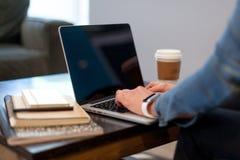 Schreiben auf einem Laptop Lizenzfreies Stockbild