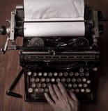 Schreiben auf einer alten Schreibmaschine Lizenzfreies Stockbild