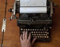 Schreiben auf einer alten Schreibmaschine Stockbilder