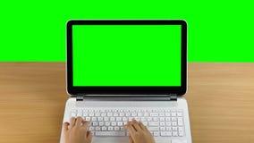 Schreiben auf einer Laptop-Computer stock footage