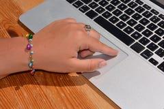 Schreiben auf einer Laptoptastatur stockfotografie