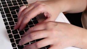 Schreiben auf einer Tastatur stock footage