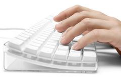 Schreiben auf einer weißen Computer-Tastatur Lizenzfreie Stockfotos
