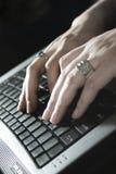 Schreiben auf Laptop lizenzfreie stockfotografie