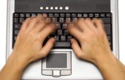 Schreiben auf Laptop (Draufsicht) Stockfotos