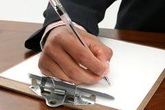 Schreiben auf Papier und Klemmbrett Lizenzfreies Stockfoto