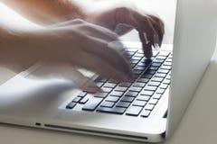 Schreiben auf Tastatur Stockbilder