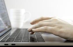 Schreiben auf Tastatur Stockfotos