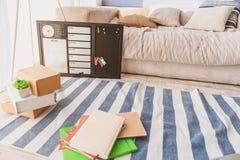 Schreiben-Auflagen und Zeitplan auf Boden zu Hause Stockfotos