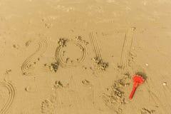 2017 schreiben in den nassen Sand Stockfotografie