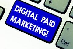 Schreiben der Anmerkung, die Digital zahlendes Marketing zeigt Präsentationsmarketing-Bemühungen des Geschäftsfotos, die eine zah lizenzfreie stockfotos