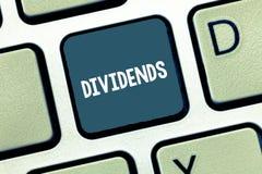 Schreiben der Anmerkung, die Dividenden zeigt Präsentationsgeldsumme des Geschäftsfotos regelmäßig heraus gezahlt den Aktionären  stockbild