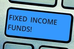 Schreiben der Anmerkung, die Kapitalien der festen Einkunft zeigt Geschäftsfoto, das irgendeine Art Investition die Geldnehmer zu stockbild