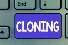 Schreiben der Anmerkung, die Klonen zeigt Die Geschäftsfotopräsentation erstellen Duplikate von jemand oder von etwas, die Klone  stockfotografie