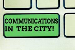 Schreiben der Anmerkung, die Kommunikationen in der Stadt zeigt Geschäftsfoto, das Digitalnetztechnologien um zur Schau stellt stockbild