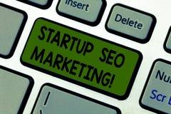 Schreiben der Anmerkung, die Start-Seo Marketing zeigt Das Geschäftsfoto, das Attract zur Schau stellt, qualifizierte Führungen w stockbilder