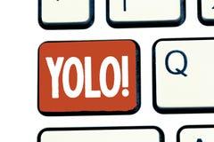 Schreiben der Anmerkung, die Yolo zeigt Präsentationsstand des Geschäftsfotos für Sie leben nur einmal populäre Phase unter Stude lizenzfreies stockbild