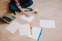 Schreiben der jungen Frau auf leerem Blatt Papier lizenzfreies stockbild