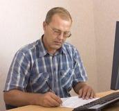 Schreiben des älteren Mannes Lizenzfreie Stockfotografie