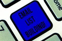 Schreiben des Anmerkungsvertretung E-Mail-Listen-Gebäudes Die Geschäftsfotopräsentation erlaubt die Verteilung von Informationen  stockbild