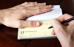Schreiben des Checks Lizenzfreies Stockfoto