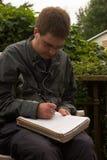Schreiben des jungen Mannes lizenzfreie stockfotos