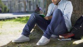 Schreiben des jungen Mannes der Mischrasse im Notizbuch und Lächeln, Startplan, angespornt stock video