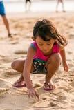 Schreiben des kleinen Mädchens auf dem Strandsand Lizenzfreie Stockfotos