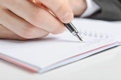 Schreiben in ein Notizbuch lizenzfreie stockfotos